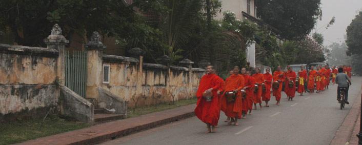 Luang Prabang aumones et offrandes aux moines